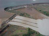 Barragem de Itaipu  Vista aerea com as 3 comportas